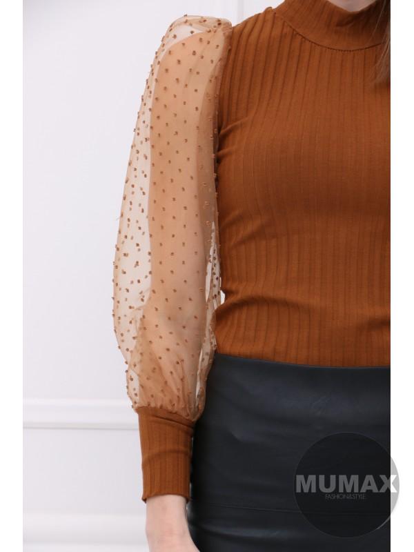 Hnedý top s bodkami na rukávoch